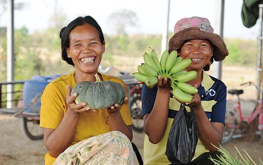 カンボジア 自分で栽培したオーガニック野菜を販売する村人たち